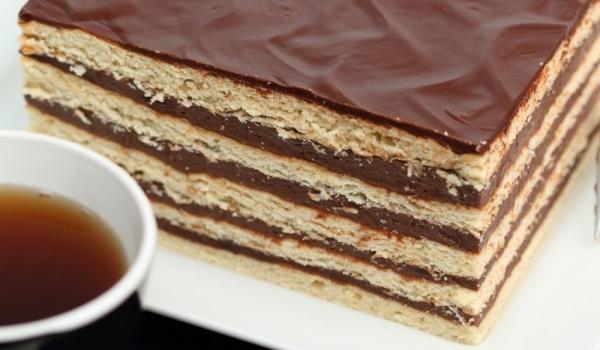 Бисквитена торта с течен шоколад и сметана