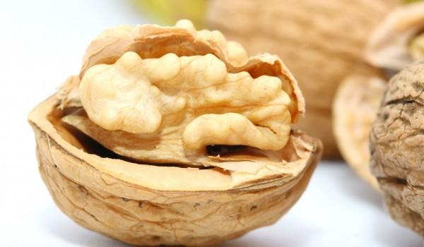 Орехови ядки с мед и соев сос