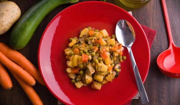 Яхния с тиквички, картофи и грах