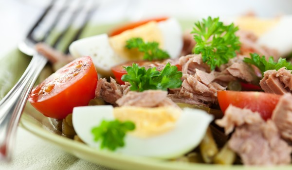 Топла салата с риба тон