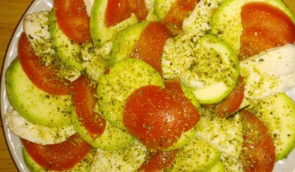 Салата Капрезе с тиквички и домати