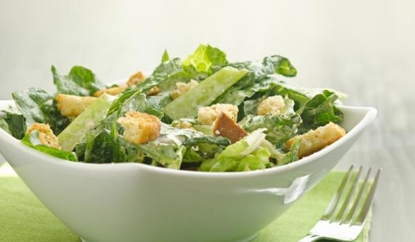 Зелена салата с яйца и маслини