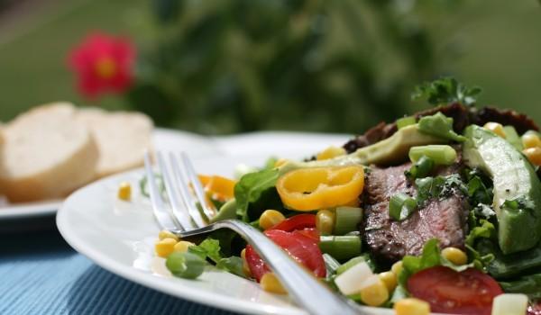 Зелена салата с авокадо и аншоа