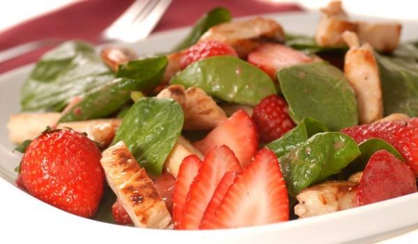 Салата с ягоди и пиле