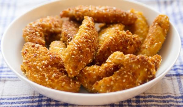 Панирани жулиени от пилешко месо с чеснов сос