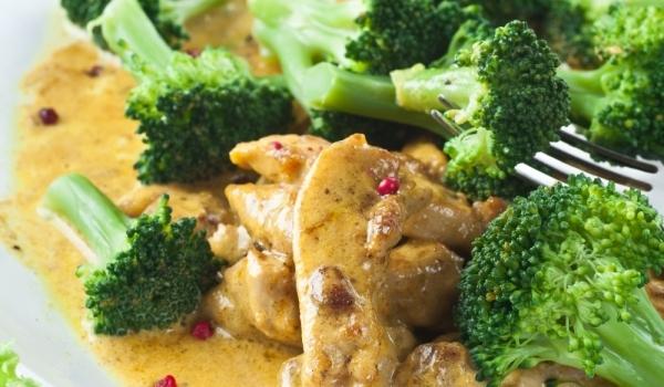 Къри с броколи и пилешко