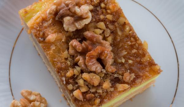 Ябълков сладкиш с бишкоти и крокан