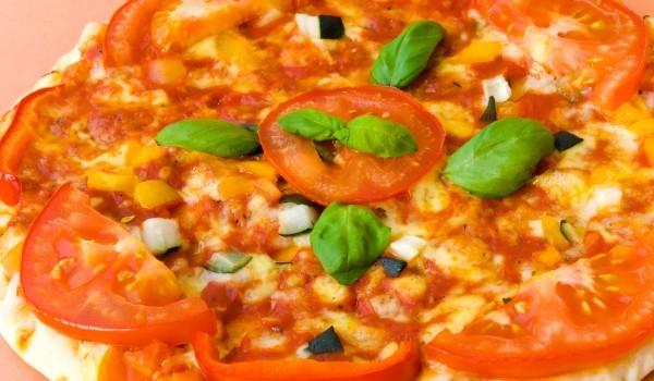 Домашна пица с домати и кашкавал