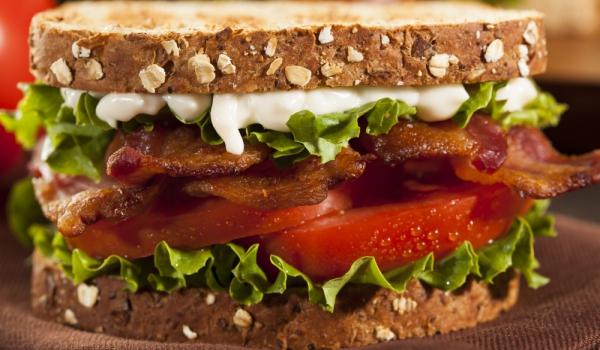 Сандвич с бекон, маруля и домат