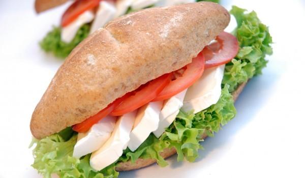 Сандвич с моцарела и домати